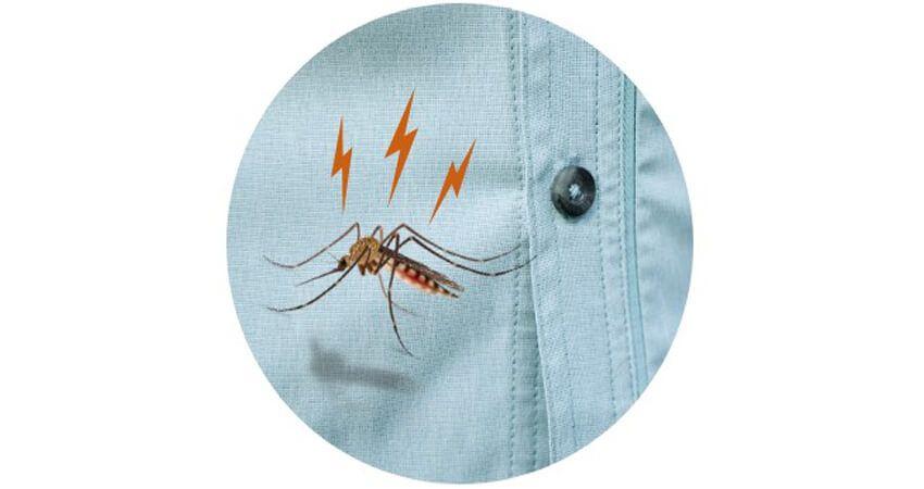 Le tique et le moustique tombent sur les vêtements